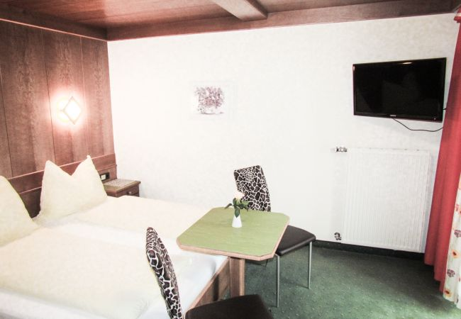 Rent by room in Zell am See - Mary's Landhotel - double room with balcony A